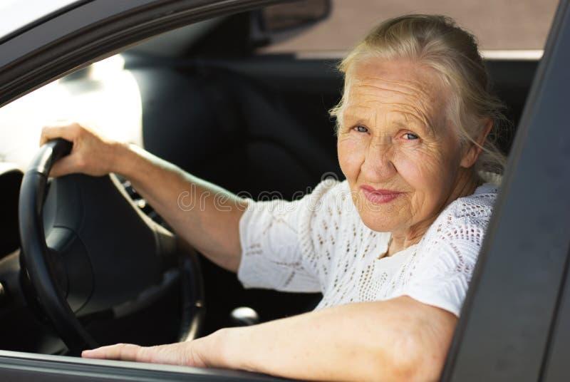 Femme âgée dans le véhicule photos stock