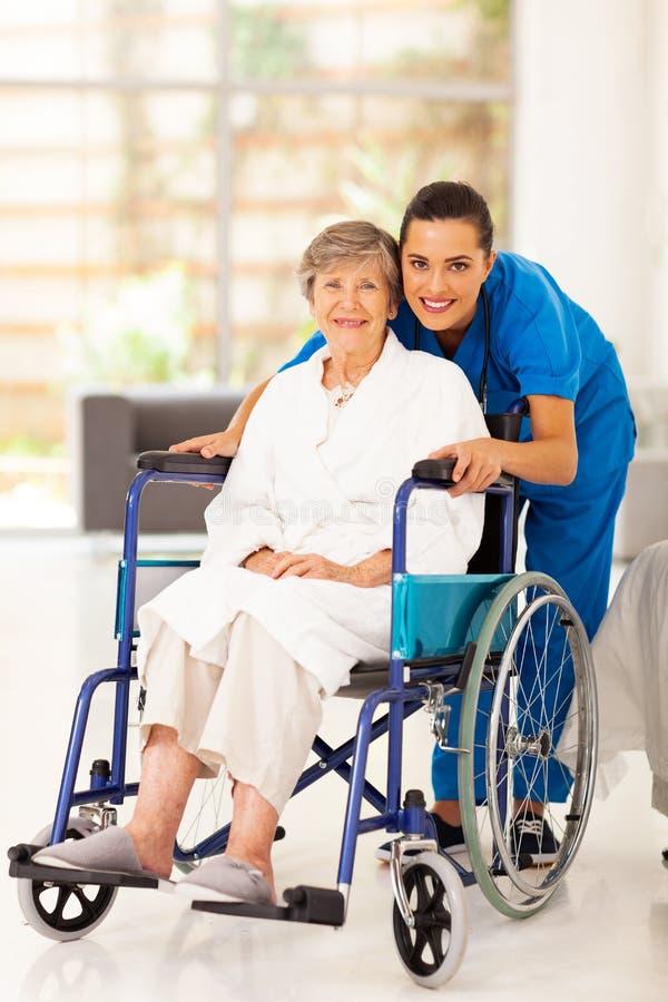 Femme âgée et travailleur social photo libre de droits