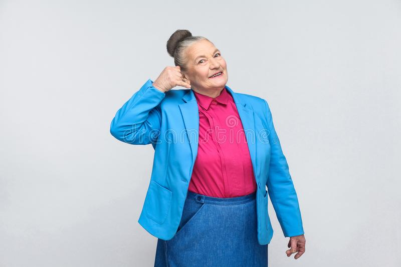 Femme âgée montrant le signe de centre d'appels images libres de droits