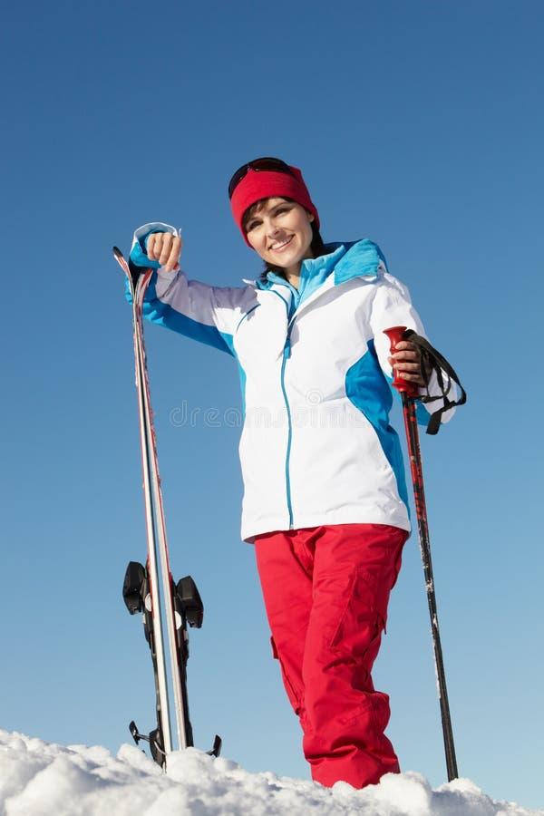 Femme âgée moyenne des vacances de ski en montagnes image libre de droits