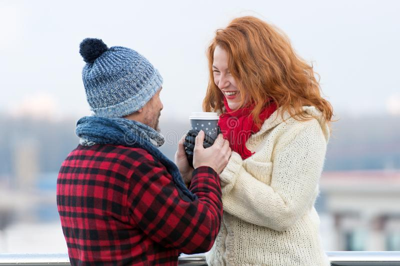 Femme âgée par milieu avec la tasse de prise d'ami de café chaude La femme heureuse prend la tasse de son homme Les couples chauf photographie stock libre de droits