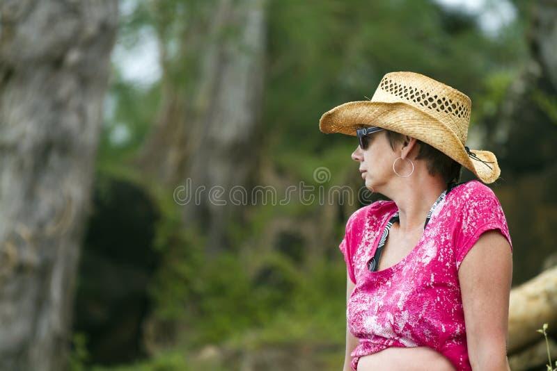 Femme âgée par milieu en vacances photos libres de droits