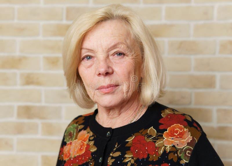 Femme âgée sérieuse images stock