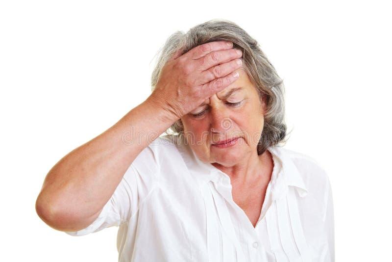 Femme âgée songeuse image stock