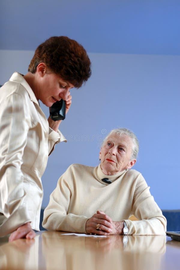 Femme âgée sur le rendez-vous images libres de droits