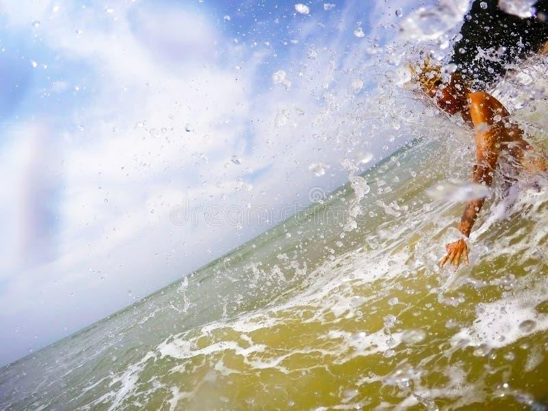 Femme éclaboussant dans la mer dans les tropiques images stock