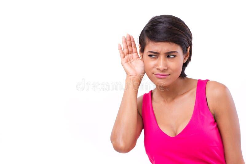 Femme écoutant des actualités de poisson et méfiantes photos stock