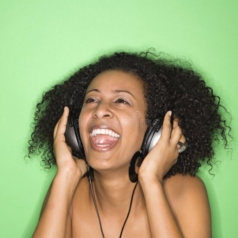 Femme écoutant la musique. photos libres de droits