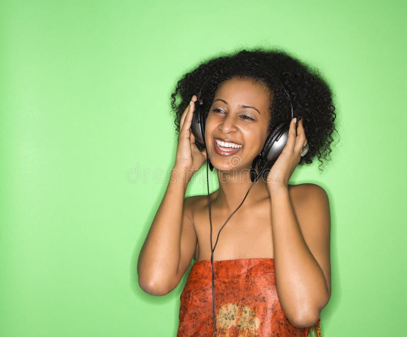 Femme écoutant la musique. images libres de droits
