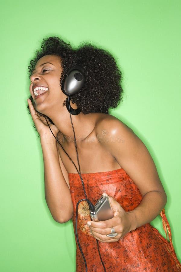 Femme écoutant la musique. photo stock