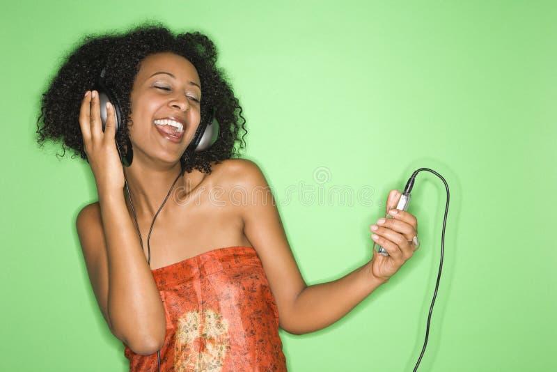 Femme écoutant la musique. photos stock