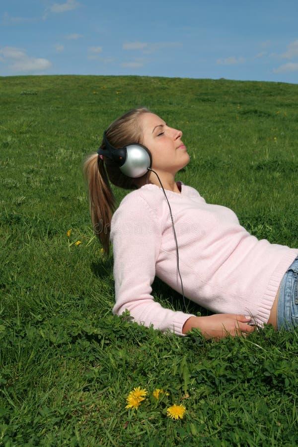 Femme écoutant la musique images stock
