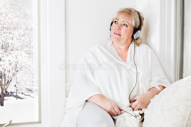 Femme écoutant paisiblement photos libres de droits
