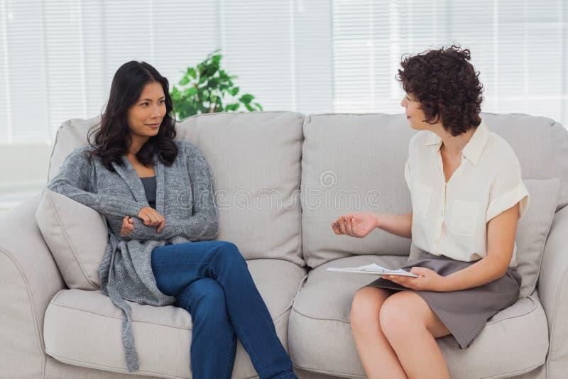 Femme écoutant son thérapeute image libre de droits