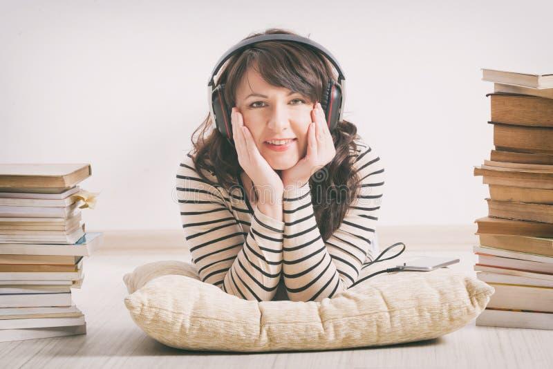 Femme écoutant un audiobook photo libre de droits