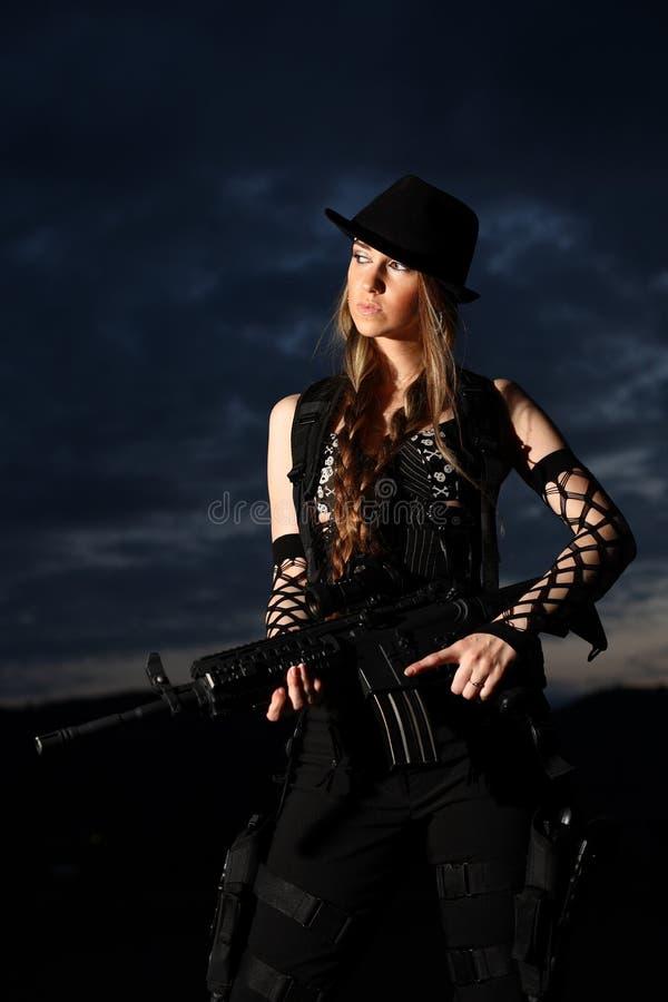 Femme élégant avec le fusil d'assaut photo stock
