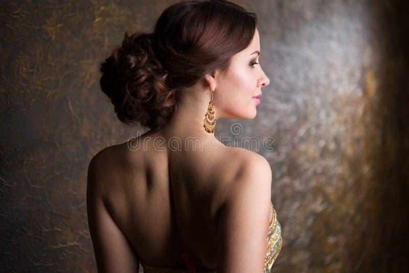 Femme élégant dans la robe de soirée photographie stock libre de droits