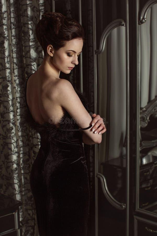 Femme élégant dans la robe noire photo libre de droits