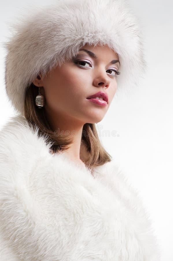 Femme élégant en fourrures blanches image libre de droits