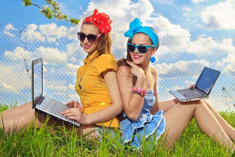 Femme élégante à l'aide des ordinateurs portatifs photo stock