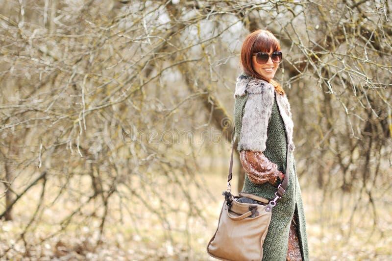 Femme élégante à la mode dans l'esprit de port de lunettes de soleil de tenue décontractée photo stock