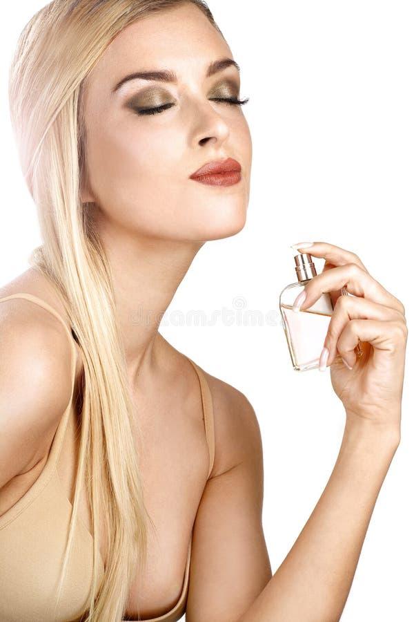 Femme élégante appliquant le parfum sur son corps photos libres de droits