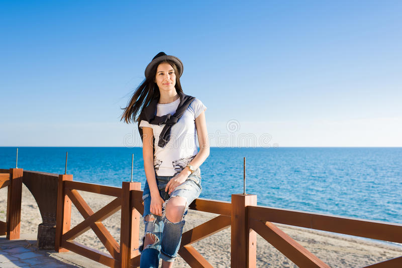 Femme élégante appréciant le bons temps et vacances ensoleillés tout en se reposant sur la plage photographie stock libre de droits