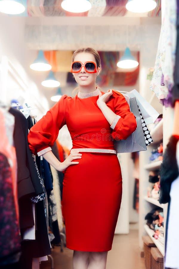 Femme élégante avec de grands lunettes de soleil et paniers photographie stock