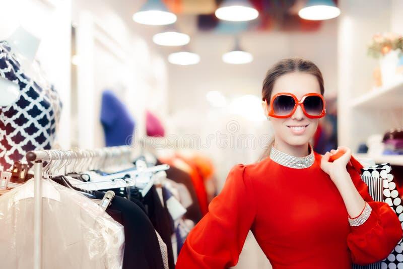 Femme élégante avec de grands lunettes de soleil et paniers images libres de droits