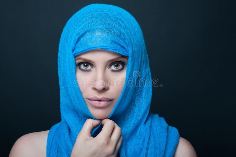 Femme élégante avec la peau lisse posant avec le burka images libres de droits