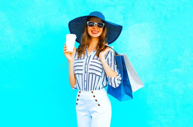 Femme élégante avec le port de tasse de café paniers, chapeau de paille photos libres de droits
