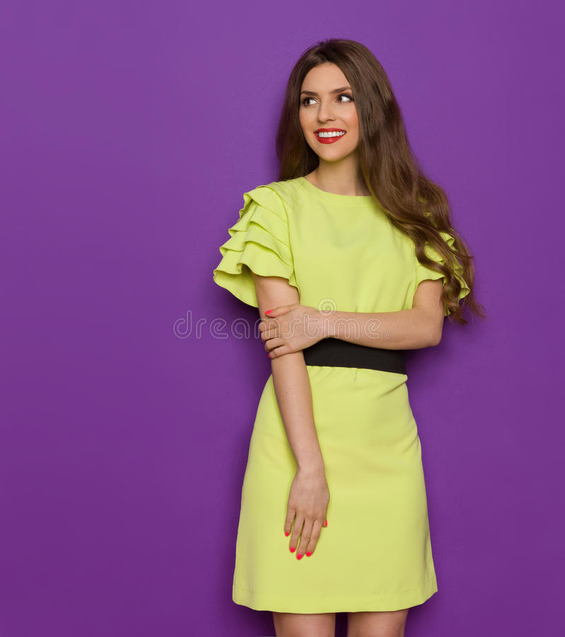 Femme élégante dans l'observation de robe de vert de chaux image stock