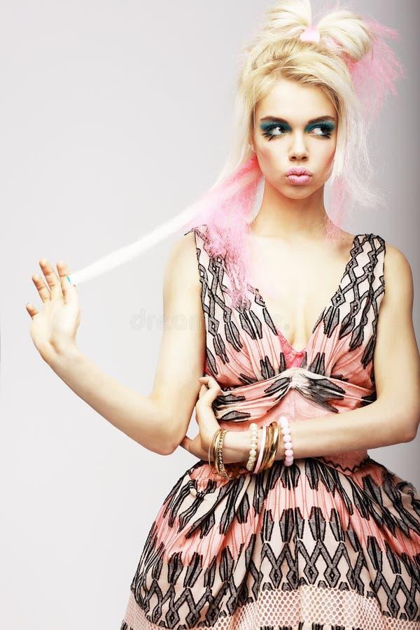 Femme élégante dans la robe lumineuse moderne et le maquillage stylisé. Humeur photos libres de droits