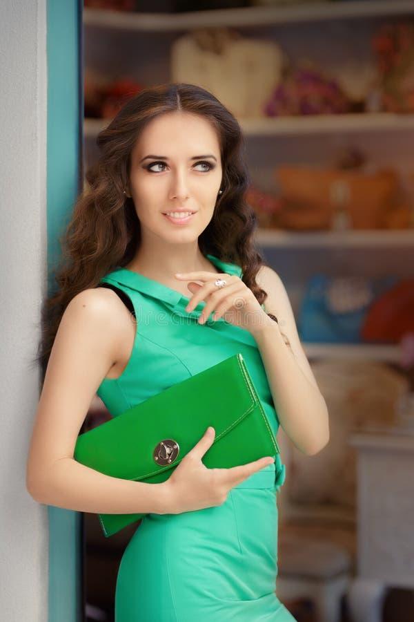 Femme élégante dans le magasin de mode images stock