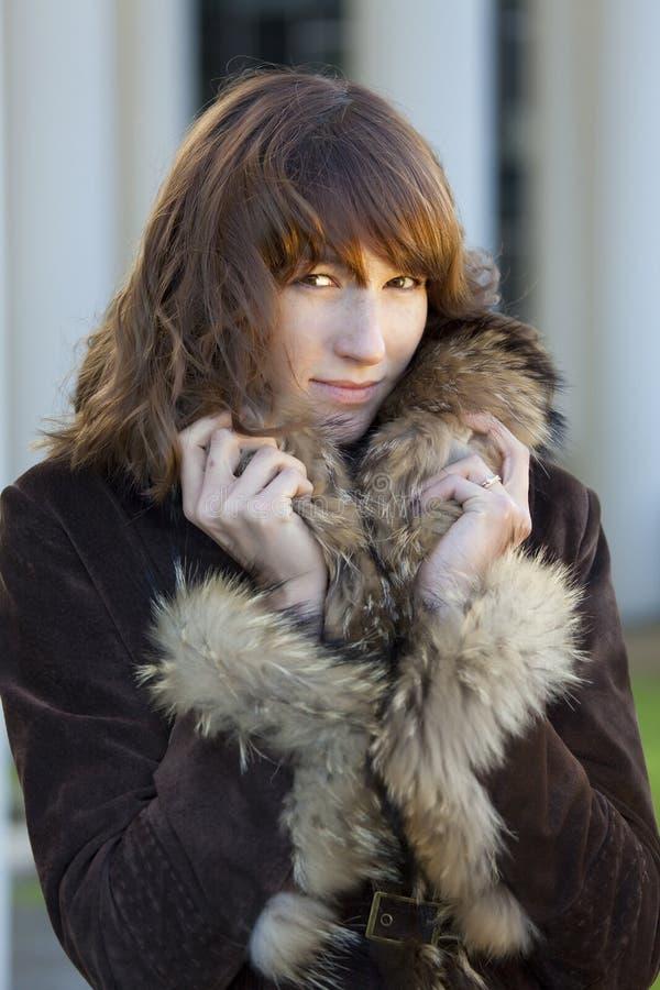 Femme élégante dans le manteau de fourrure photos libres de droits