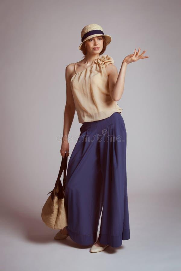 Femme élégante dans le rétro costume avec un sac photographie stock