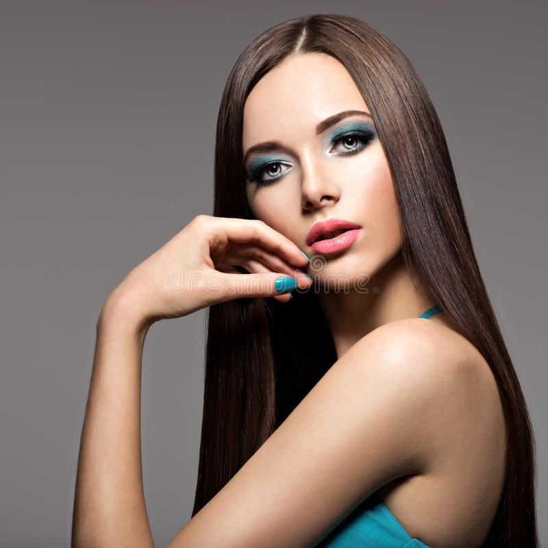 Femme élégante de Beautiul avec le maquillage de turquoise et les longs poils photo libre de droits
