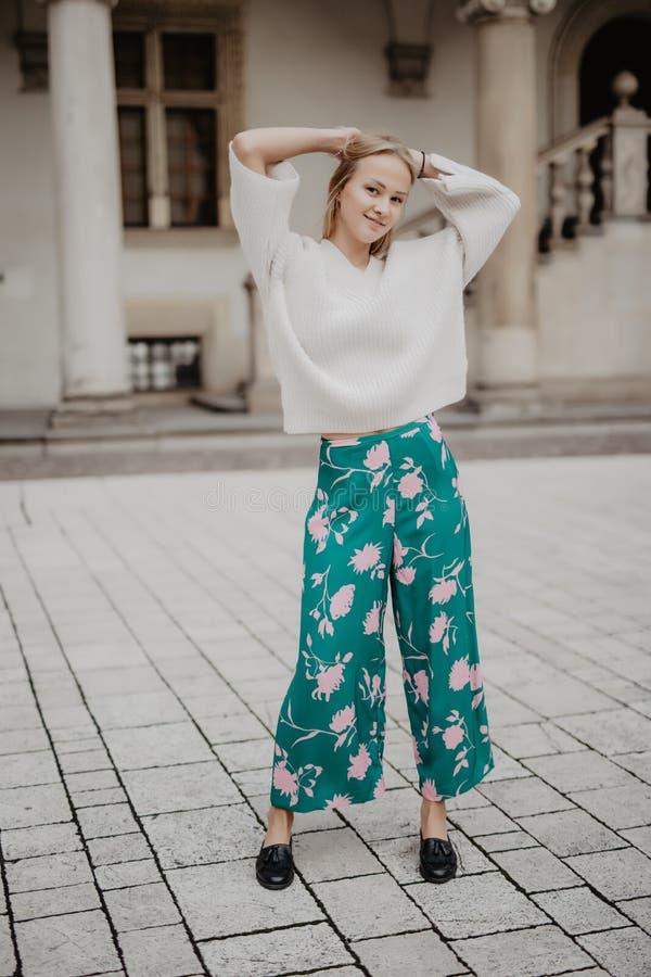 Femme élégante de mode blonde posant dans la vieille cour dans le matin de début de l'été images stock