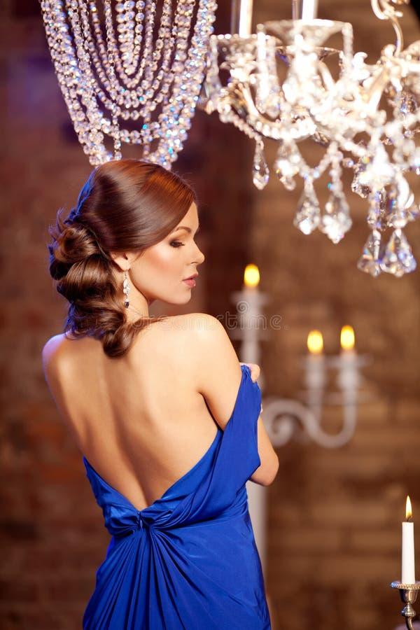 Femme élégante de mode de luxe dans l'intérieur riche Beau gir images stock
