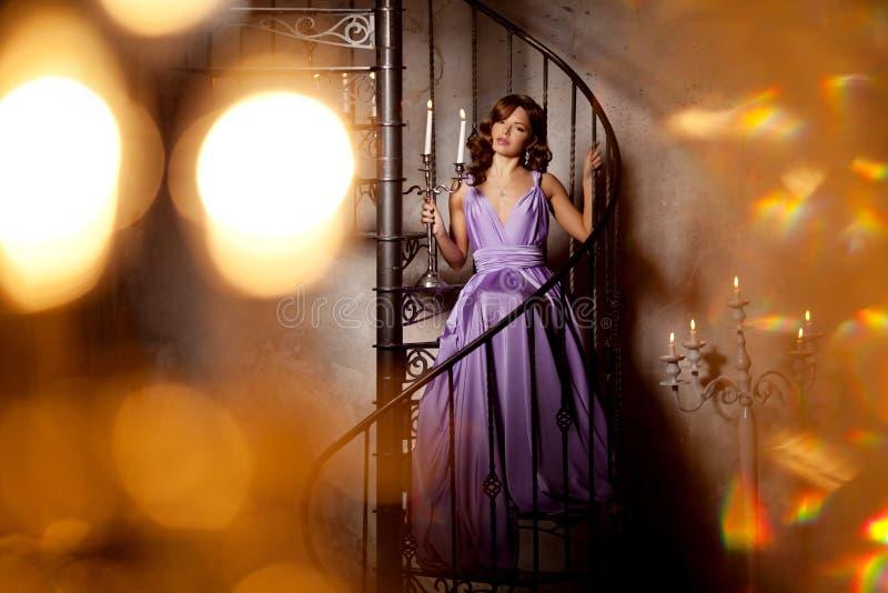 Femme élégante de mode de luxe dans l'intérieur riche Beau gir image libre de droits