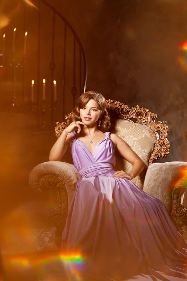 Femme élégante de mode de luxe dans l'intérieur riche Fille W de beauté images libres de droits