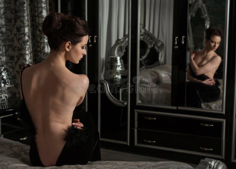 Femme élégante et robe noire photos libres de droits