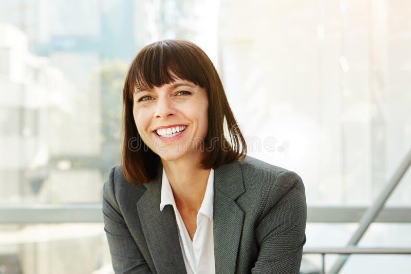 Femme élégante heureuse d'affaires dans la ville photo libre de droits