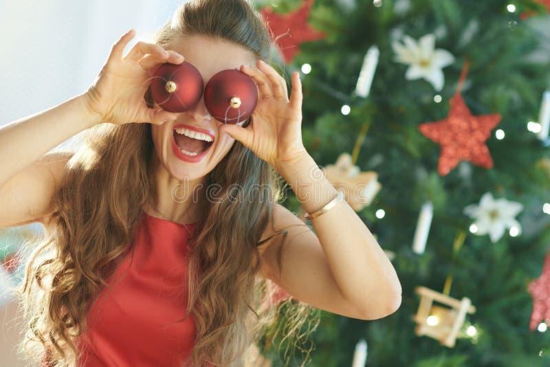 Femme élégante heureuse près de l'arbre de Noël ayant le temps d'amusement photo stock