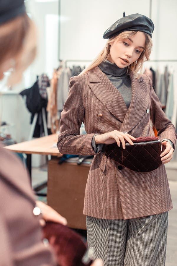 Femme élégante portant le sac de essai de taille de costume à la mode dessus image stock