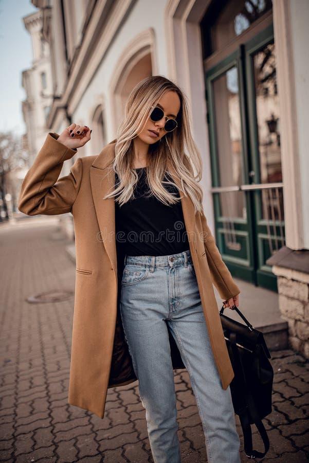 Femme élégante posant dans extérieur photo stock