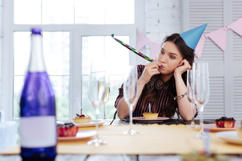 Femme élégante s'asseyant à la table d'anniversaire images libres de droits