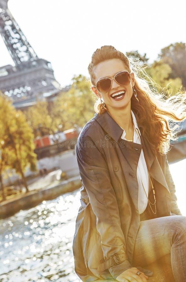 Femme élégante s'asseyant sur le parapet à Paris, franc photographie stock