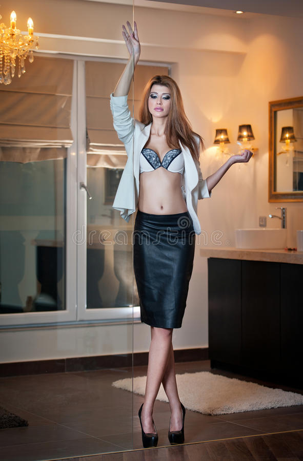 Femme élégante sensuelle dans l'équipement de bureau posant la mode. Belle et sexy jeune femme blonde utilisant le soutien-gorge s photo stock