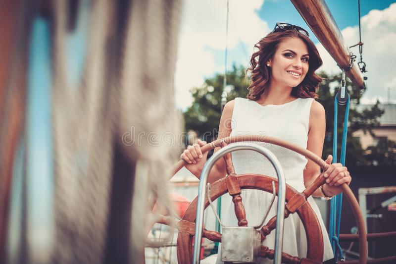 Femme élégante sur une régate de luxe photo stock